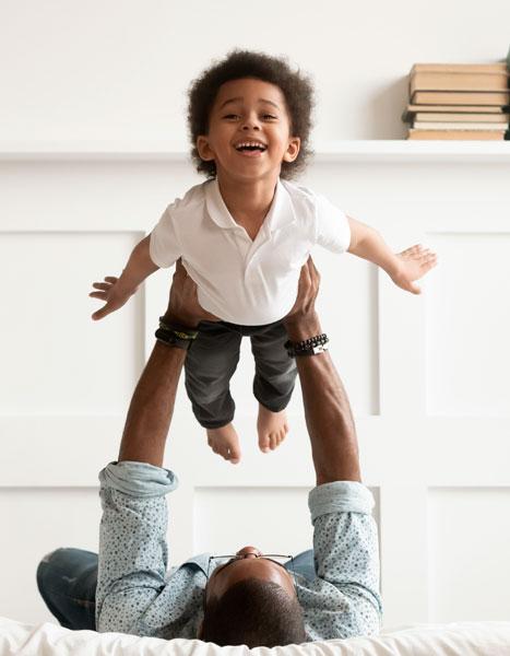 Papà e bambino che giocano su NUVO