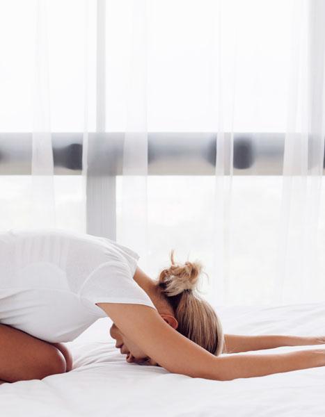 Ragazza che fa yoga su NUVO